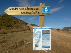 Señal de inicio del recorrido, junto a la pista de acceso al Mirador de los Buitres