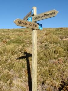 Señalización direccional en el acceso al Mirador del Tornillo
