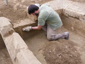 Pablo limpiando minuciosamente el vaso del lavadero de piedra